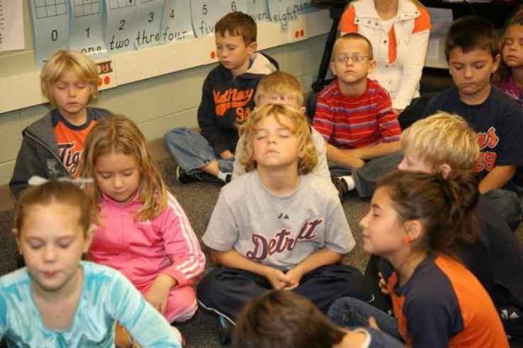 Enfants qui méditent école